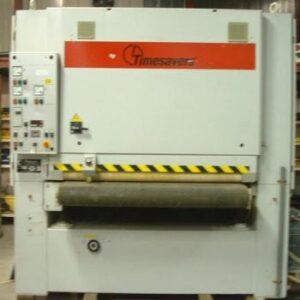Grindmaster breedbandschuurmachine gebruikt. Dit is een schuurmachine voor het schuren van massief hout en plaatmaterialen. uitgevoerd met een vacuüm transportband.